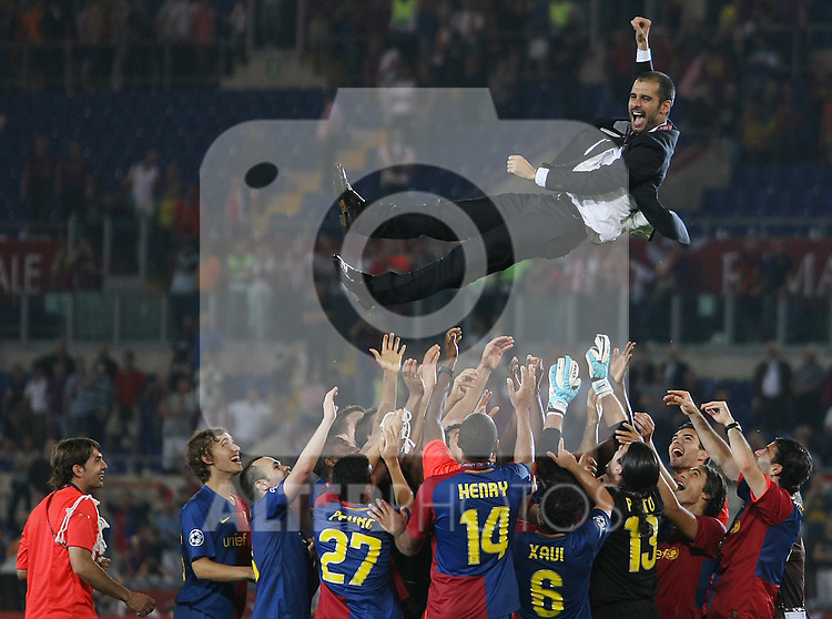 FC Barcelona's coach Pep Guardiola and his players celebrate the victory in the UEFA Champiosn League Final match in Roma.May 27 2009. (ALTERPHOTOS/Acero).