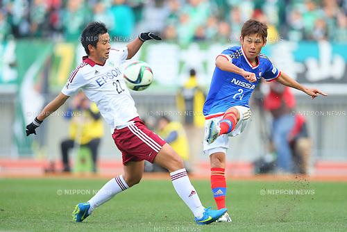 (L-R) Naoki Maeda (Yamaga), Yuta Narawa (F Marinos), <br /> FEBRUARY 21, 2015 - Football / Soccer :<br /> 2015 J.League Pre-season match between <br /> Yokohama F Marinos 0-1 Matsumoto Yamaga FC <br /> at Nissan Stadium in Kanagawa, Japan. <br /> (Photo by Yohei Osada/AFLO SPORT) [1156]