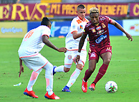 IBAGUE - COLOMBIA, 17-02-2019: Omar Albornoz de Deportes Tolima disputa el balón con Neyder Moreno de Envigado FC durante partido por la fecha 5 de la Liga Águila I 2019 jugado en el estadio Manuel Murillo Toro de la ciudad de Ibagué. / Omar Albornoz of Deportes Tolima vies for the ball with Neyder Moreno of Envigado FC during match for the date 5 of the Aguila League I 2019 played at Manuel Murillo Toro stadium in Ibague city. Photo: VizzorImage / Juan Carlos Escobar / Cont