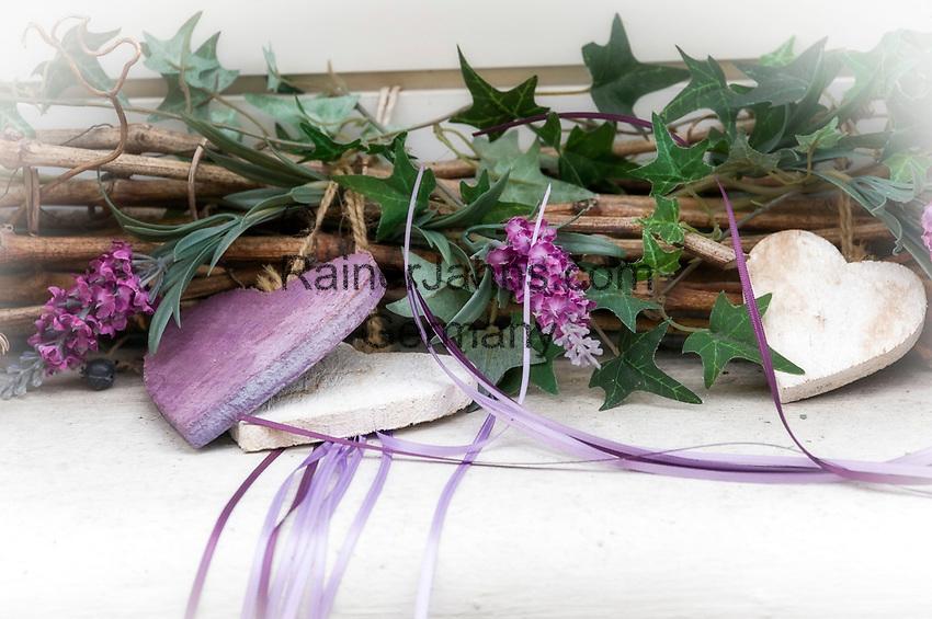 Deutschland: Dekoration aus kuenstlichem Efeu, Lavendel und Holzherzen   Germany: decoration made of synthetic ivy, lavender and wooden hearts