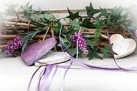 Deutschland: Dekoration aus kuenstlichem Efeu, Lavendel und Holzherzen | Germany: decoration made of synthetic ivy, lavender and wooden hearts