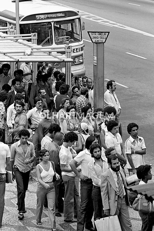 Ponto de ônibus na Praça das Bandeiras. São Paulo. 1980. Foto de Juca Martins.