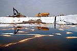 OLST - In Olst is Sita Remediation begonnen met het afgraven van zo'n 36.000 sterk verontreinigde grond van het Olasfaterrein langs de IJssel. Tijdens de sanering in opdracht van de provincie Overijssel, wordt een deel van het afgegraven terrein zoveel mogelijk met plastic afgedekt om stankoverlast te voorkomen. De verontreinigde grond wordt per schip afgevoerd naar schoonmaakinstallasties van Sita in het Botlekgebied. Gemeente Olst was eerder van plan geweest de grond als verontreinigd slib te dumpen in het slibdebot IJsseloog  in het Ketelmeer. Na protesten van Rijkswaterstaat en de provincie Flevoland ging dit echter niet door. COPYRIGHT TON BORSBOOM
