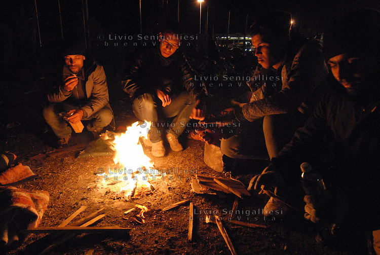 Subotica / Serbia  160416<br /> Refugees around the fire in the no man's land between Serbia and Hungary. <br /> Photo Livio Senigalliesi