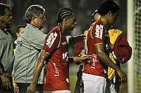 ATENÇÃO EDITOR: FOTO EMBARGADA PARA VEÍCULOS INTERNACIONAIS SÃO PAULO,SP,04 NOVEMBRO 2012 - CAMPEONATO BRASILEIRO - PORTUGUESA x BAHIA -o Tecnico Geninho e  jogadores da Portuguesa lamentam derrota apos partida Portuguesa x Bahia válido pela 34º rodada do Campeonato Brasileiro no Estádio Doutor Osvaldo Teixeira Duarte (Canindé), na região norte da capital paulista na noite deste domingo (04).(FOTO: ALE VIANNA -BRAZIL PHOTO PRESS).