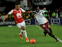 BOGOTA - COLOMBIA - 18-12-2016: Juan Roa (L) player of Independiente Santa Fe struggles for the ball with Deiner Quiñones (R) player of Deportes Tolima, during a match for the second leg between Independiente Santa Fe and Deportes Tolima, for the final of the Liga Aguila II -2016 at the Nemesio Camacho El Campin Stadium in Bogota city, Photo: VizzorImage / Luis Ramirez / Staff.