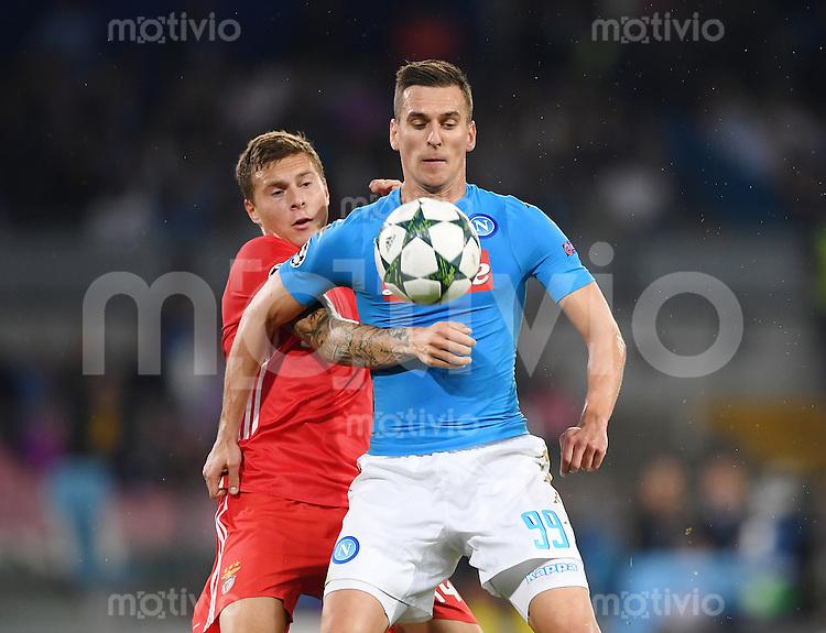 FUSSBALL CHAMPIONS LEAGUE SAISON 2016/2017 GRUPPENPHASE SSC Neapel - Benfica Lissabon     28.09.2016 Arkadiusz Milik (re, SSC Neapel) gegen Victor Lindeloef (Benfica Lissabon)