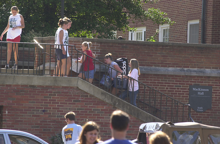 15488Student Move in Day on East Green/Pres Glidden Greeting students 9/7/02