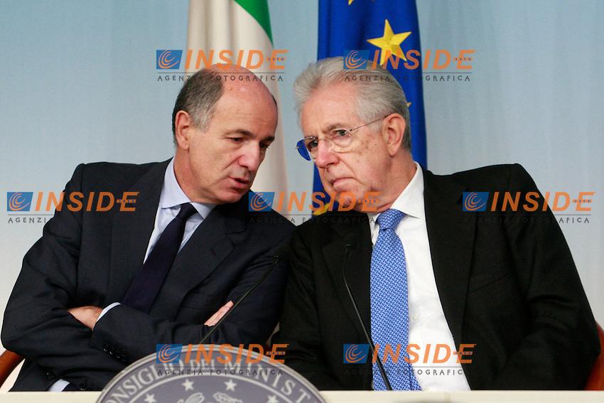 Corrado Passera e Mario Monti .Roma 16/10/2012 Palazzo Chigi. Conferenza stampa al termine del Consiglio dei Ministri..Photo Samantha Zucchi Insidefoto