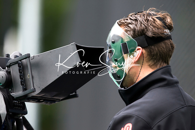 BRASSCHAAT (ANTWERP) - cameraman with face protector during the Fintro Hockey World League Semi-Final match between the women of New Zealnd and Poland. COPYRIGHT WORLDSPORTPICS KOEN SUYK