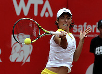 BOGOTA - COLOMBIA - FEBRERO 19: Francesca Schiavone de Italia, devuelve la bola a Sharon Fichman de Canada, durante partido por la Copa de Tenis WTA Bogotá, febrero 19 de 2013. (Foto: VizzorImage / Luis Ramírez / Staff). Francesca Schiavone from Italy returns the ball to Sharon Fichman from Canada during a match for the WTA Bogota Tennis Cup, on February 19, 2013, in Bogota, Colombia. (Photo: VizzorImage / Luis Ramirez / Staff) ..
