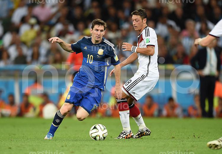FUSSBALL WM 2014                FINALE Deutschland - Argentinien     13.07.2014 Lionel Messi (li, Argentinien) gegen Mesut Oezil (re, Deutschland)
