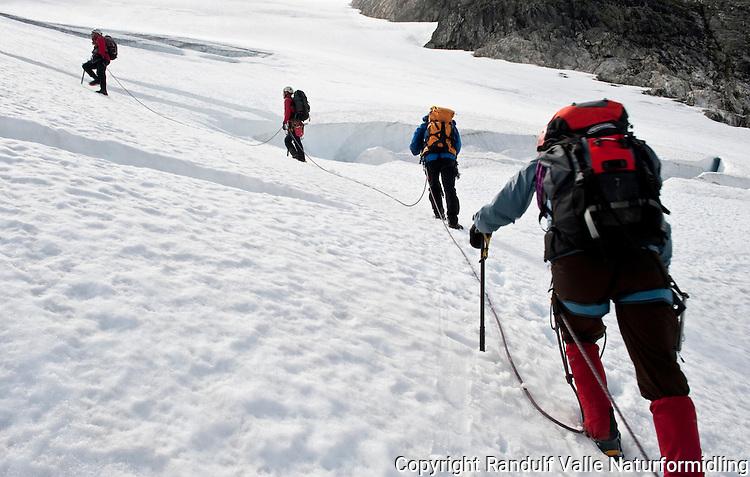 Taulag på Bødalsbreen. ---- Rope team on the glacier Bødalsbreen.