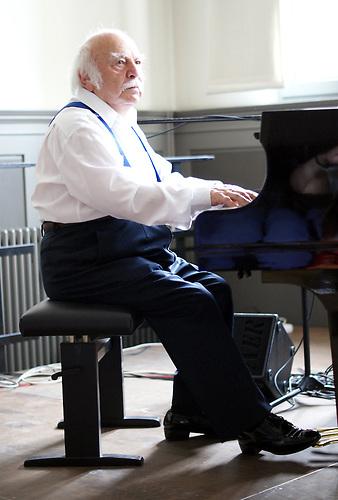 Der 94-jährige  Leopold Kleinman-Kozlowski überlebte den Holocaust und spielt immer noch auf großen Bühnen in Polen und im Ausland. / The 94 year old  Leopold Kleinman-Kozlowski survived the Holocaust and still plays on big stages in Poland and abroad.