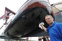 SKÛTSJESILEN: SNEEK: 14-07-2015, Skûtsje Earnewâld krijgt laatste onderhoudsbeurd met speciale laag voor het onderschip, schipper Gerhard Pietersma, ©foto Martin de Jong