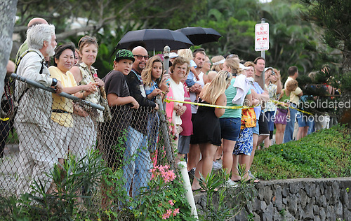 Kailua, HI - December 31, 2009 -- Onlookers watch United States President Barack Obama as he putts on the 18th hole at Mid Pacific Country Club, Kailua, Hawaii, Thursday, December 31, 2009..Credit: Cory Lum / Pool via CNP