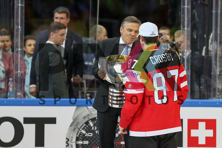 Kanada World Champions, Canadas Crosby, Sidney (Nr.87) bekommt den Pokal nach dem Spiel IIHF WC15 Finale Russia vs. Canada die Cermony Gold.<br /> <br /> Foto &copy; P-I-X.org *** Foto ist honorarpflichtig! *** Auf Anfrage in hoeherer Qualitaet/Aufloesung. Belegexemplar erbeten. Veroeffentlichung ausschliesslich fuer journalistisch-publizistische Zwecke. For editorial use only.