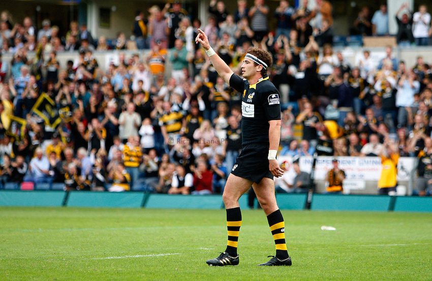 Photo: Richard Lane/Richard Lane Photography.London Wasps v Worcester Warriors. Guinness Premiership. 20/09/2009. Wasps' Danny Cipriani salutes his team mates.