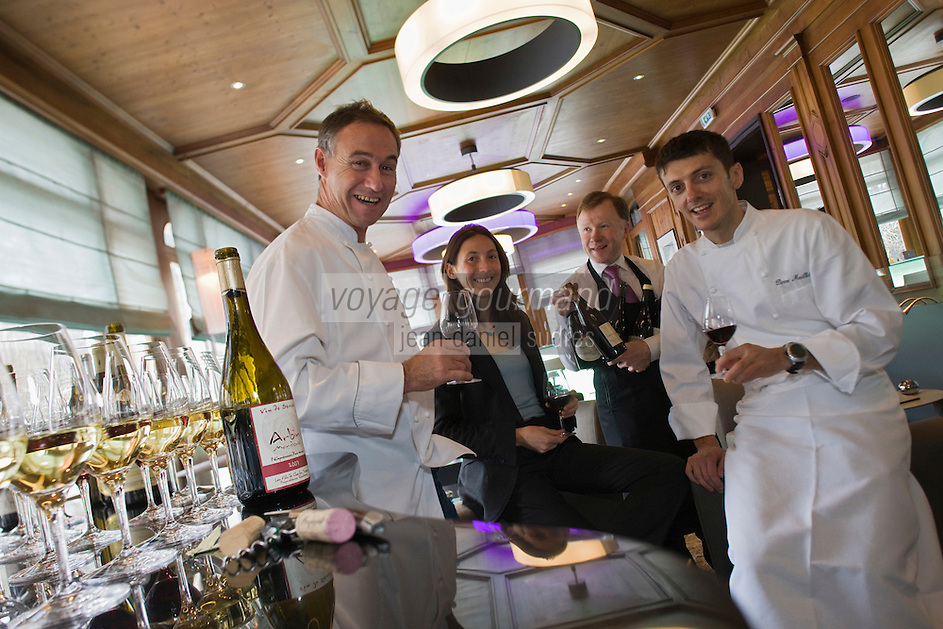 Europe/France/Rhone-Alpes/74/Haute-Savoie/ Chamonix: Dégustation Sélection de vins de Savoie au bar du Restaurant  Albert 1er avec Pierre Carrier , sa fille Perrine, son gendre Pierre Maillet et le sommelier Christian Martray [Non destiné à un usage publicitaire - Not intended for an advertising use]