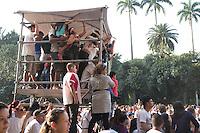 SÃO PAULO, SP - 08.06.2013: CANTO PELA VIDA -  Público utiliza as cabines de apoio para assistir os shows durante o Evento Canto Pela Vida, encontro gospel realizado na estação da Luz em São Paulo, neste sábado (8). São esperadas 100 mil pessoas pela organização do evento. (Foto: Marcelo Brammer/Brazil Photo Press).