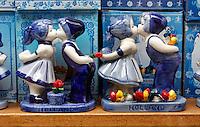 Kussende  delftsblauwe poppetjes