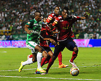 CALI -COLOMBIA-03-06-2015. Yerson Candelo (Izq) jugador de Deportivo Cali disputa el balón con Jefferson Mena (Der) jugador de Independiente Medellin durante partido de ida de la final entre Deportivo Cali y Indpendiente Medellin por la Liga Aguila I 2015 jugado en el estadio Deportivo Cali (Palmaseca) de la ciudad de Cali. / Yerson Candelo (L) player of Deportivo Cali fights for the ball with Jefferson Mena (R) players of Indpendiente Medellin during a first leg match of the final between Deportivo Cali and Indpendiente Medellin for the Liga Aguila I 2015 played at the Deportivo Cali (Palmaseca) stadium in Cali city.Photo: VizzorImage/ RN / Cont