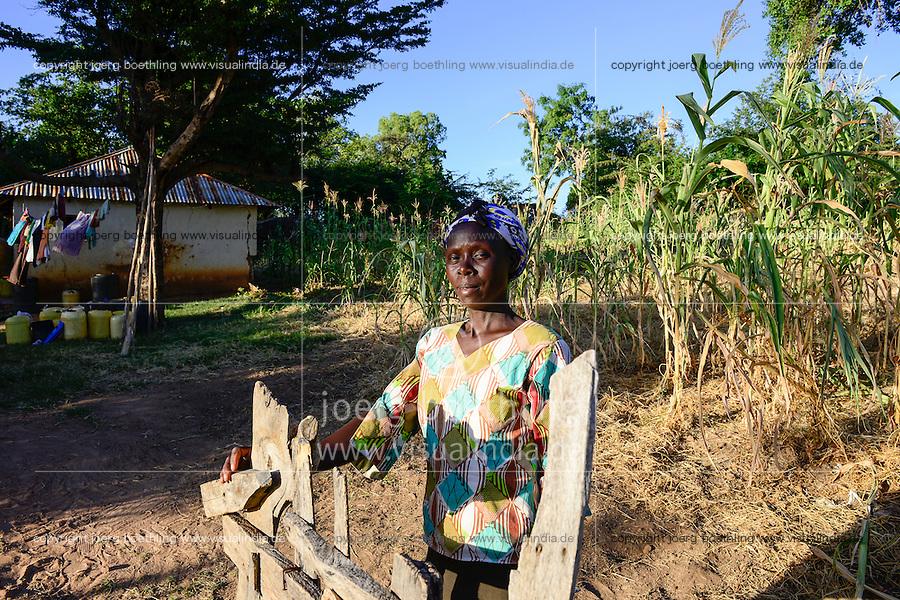 KENIA, ADS Anglican Development Services of Mount Kenya East, Stadt Embu, Dorf Gichunguri, Projekt Regenwasserauffang an einem Felsen und Speicherung in Tanks zur Nutzung in Duerreperioden, Agnes Irima, 44 Jahre, auf ihrem Hof