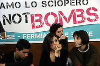 "Roma, 25 Marzo 2011.Università La Sapienza .Il movimento ""uniti contro la crisi"" in assemblea per lo sciopero generale del 6 Maggio..Partecipano centri sociali, movimenti per i beni comuni, Fiom, studenti, movimenti per la pace..Striscione contro la guerra, sciopero non bombe.Rome, 25 March 2011.University La Sapienza.The movement united against the crisis ""in asseblea for the general strike on May 6..Participants: social centers, movements for the common good, Fiom, students, peace movements."