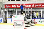 Huddinge 2015-09-20 Ishockey Division 1 Huddinge Hockey - S&ouml;dert&auml;lje SK :  <br /> En skiva av plexiglaset runt rinken i Bj&ouml;rk&auml;ngshallen har har g&aring;tt s&ouml;nder och f&aring;r bytas ut under matchen mellan Huddinge Hockey och S&ouml;dert&auml;lje SK <br /> (Foto: Kenta J&ouml;nsson) Nyckelord:  Ishockey Hockey Division 1 Hockeyettan Bj&ouml;rk&auml;ngshallen Huddinge S&ouml;dert&auml;lje SK SSK inomhus interi&ouml;r interior plexi plexiglas