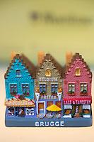 Europe/Belgique/Flandre/Flandre Occidentale/Bruges: Centre historique classé Patrimoine Mondial de l'UNESCO,  détail étal d'une boutique de souvenirs touristiques: maisons à pignons    // Belgium, West Flanders, Bruges (Brugge), Retail shop stall tourist souvenirs: houses with gables