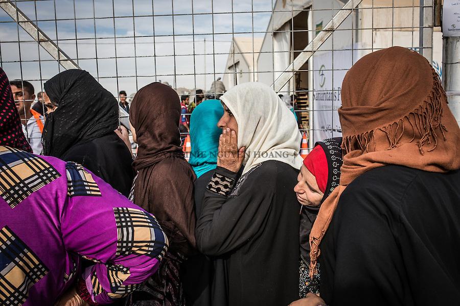 IRAK, Khazer: Women of the IDP's camp of Khazer are lining up for the distribution of oil and flour, the 5th december 2016<br /> <br /> IRAK, Khazer: Des femmes d&eacute;plac&eacute;es du camp de d&eacute;plac&eacute;s de Khazer font la file lors de la distribution d'huile et de farine, le 5 d&eacute;cembre 2016.