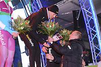 SCHAATSEN: AMSTERDAM: Olympisch Stadion, 28-02-2014, KPN NK Sprint/Allround, Coolste Baan van Nederland, podium Heren Sprint 1000m, Kjeld Nuis ontvangt de bloemen van Rintje Ritsma, ©foto Martin de Jong