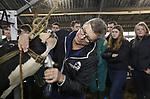 Foto: VidiPhoto<br /> <br /> PUTTEN &ndash; Professioneel cowfitter Egbert Puttenstein demonstreert studenten agrarisch onderwijs maandagmiddag bij melkveehouder Aalt van Kempen uit Putten hoe je van een doorsnee melkkoe een topmodel maakt. De komende weken moeten 60 studenten van de mbo-opleiding Aeres uit Barneveld zelf aan de slag met schoonmaakspullen, kam en tondeuze om het melkvee dat meedoet aan de fokveedag in Putten op 16 maart tijdens het voorgeleiden in topconditie te krijgen. Puttenstein heeft van het zogenoemde toiletteren van koeien zijn beroep gemaakt. De studenten krijgen van hem de nodige tips en trucs om koeien te showen in hun mooiste exterieur. Rust, reinheid, regelmaat, een volle pens, een bijna vol uier en een scheutje 7-up in het water doen wonderen. Met de bekende Puttense fokveedag, die iedereen meer deelnemers en publiek trekt, doen dit jaar minimaal 220 koeien mee en zo&rsquo;n 100 melkveehouders.