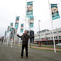 09-02-13, Tennis, Rotterdam, qualification ABNAMROWTT, Photographer Henk Koster with his flaggs