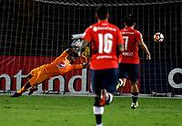 BOGOTA - COLOMBIA, 17–05-2018: Wuilker Fariñez, guardameta de Millonarios (COL) no logra detener el disparo de Emmanuel Gigliotti (Fuera de Cuadro), jugador de Club Atlético Independiente (ARG), al anotar gol de su equipo, durante partido entre Millonarios (COL) y Club Atlético Independiente (ARG), de la fase de grupos, grupo G, fecha 5 de la Copa Conmebol Libertadores 2018, en el estadio Nemesio Camacho El Campin, de la ciudad de Bogota./ Wuilker Fariñez, goalkeeper of Millonarios (COL), fails to stop Emmanuel Gigliotti (Out of Frame), player of Club Atlético Independiente (ARG), the goal of his team, during a match between Millonarios (COL) and Club Atletico Independiente (ARG), of the group stage, group G, 5th date for the Conmebol Copa Libertadores 2018 in the Nemesio Camacho El Campin stadium in Bogota city. VizzorImage / Luis Ramirez / Staff.