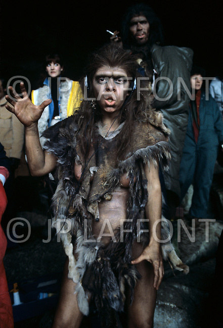 "Toronto area, Canada.1981. 80,000 years ago, the tribe who posessed fire, posessed life. A primitive tribe try to keep a natural fire source for survival.  This part of the movie was filmed in Canada.  ""Quest for Fire"" (La guerre du feu) by French director Jean-Jacques Annaud, and based on the novel of JH Rosny. Unformal picture of the cast during lunch hour."