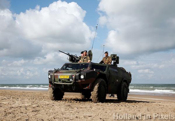 Legervoertuig op het strand