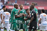 SÃO PAULO, SP, 13 DE MAIO DE 2012 - FINAL DO CAMPEONATO PAULISTA - SANTOS x GUARANI: Jogadores do Guarani reclamam de penalti marcado durante Santos x Guarani, segunda partida da final do Campeonato Paulista no Estádio do Morumbi. FOTO: LEVI BIANCO - BRAZIL PHOTO PRESS