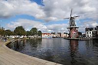 Het Spaarne in Haarlem. Rechts molen de Adriaan