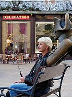 Selfie am Hauptplatz Hlavne nam., Bratislava, Bratislavsky kraj, Slowakei, Europa<br /> Selfie at main square Hlavne nam., Bratislava, Bratislavsky kraj, Slovakia, Europe