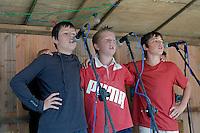 Trois jeune garcons chantant pour les danseurs du concours
