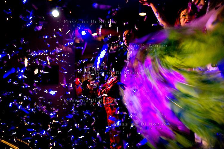 Milano: una ragazza si esibisce in uno spettacolo di burlesque