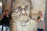Questo mural s' stato fatto a sorpresa e ritrae Papa Francesco che fa il segno ok. L'autore e' C215<br /> Pope Francis, author C215<br /> Roma 08-05-2014 Stazione Metro Piazza di Spagna. Sei writers francesi hanno accettato, in due notti, di fare altrettanti murales di street art nella stazione della Metro Piazza di Spagna. Le stesse immagini saranno stampate su speciali biglietti della metro e per un periodo limitato di tempo. <br /> Six french writers accepted to paint six murales to embellish the Rome's Metro Station Spanish Steps (Spain Square). The paintings will be printed on a special edition of tickets, sold for a limited period.<br /> Photo Samantha Zucchi Insidefoto