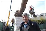 Giuseppe Penone davanti alla sua nuova scultura INLIMINE posata all'ingresso della Galleria d'Arte Moderna