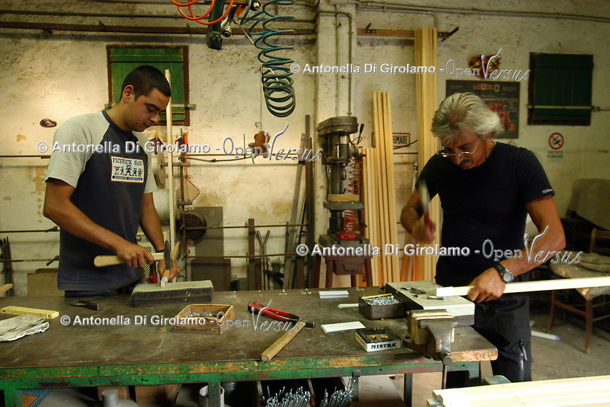 Artigiani a San Lorenzo, storico quartiere di Roma. Craftsmen in San Lorenzo, historic district of Rome. Dal 1921 Renato Bellori produce ombrelloni da giardino completamente fatti a mano,costruiti secondo un'antica tecnica artigianale. Attualmente lavorano nel suo laboratori anche le due generazioni successive (figlio e nipote). .Since 1921 Renato Bellori produces garden umbrellas completely made by hand, constructed according to an ancient craft technique. Currently working in his laboratory the next two generations (son and nephew)....