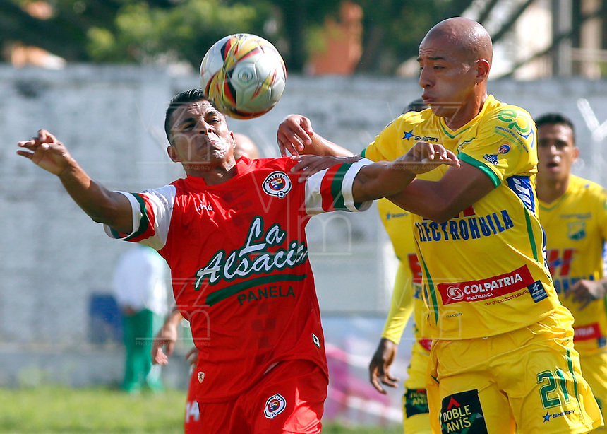 TULUA -COLOMBIA, 15-FEBRERO-2015. Jhon Varela  del  Cortulua disputa el balon  contra Juan Ortiz   del Atletico Huila , durante partido de la cuarta fecha de la Liga Aguila I 2015  jugado en el estadio 12 de Octubre de la ciudad de Tulua ./ Jhon Varela  of Cortulua fights the ball  against of Juan Ortiz of Atletico Huila   during the Fourth date  Aguila at  Nery Barreiro 12 de Octubre Stadium. Photo / VizzorImage / Juan Carlos Quintero / Stringer