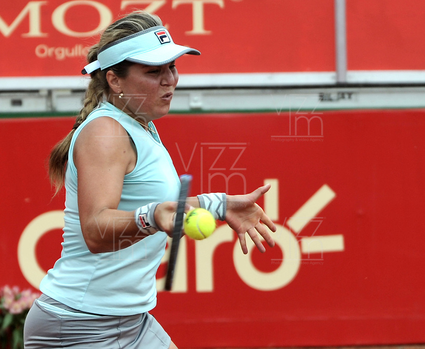 BOGOTA - COLOMBIA - 14-04-2016: Anna Tatishvili de Estados Unidos, devuelve la bola a Silvia Soler-Espinosa de España,  durante partido por el Claro Colsanitas WTA, que se realiza en el Club El Rancho de Bogota. / Anna Tatishvili from United States, returns the ball to Silvia Soler-Espinosa from Spain, during a match for the WTA Claro Colsanitas, which takes place at Club El Rancho de Bogota. Photo: VizzorImage / Luis Ramirez / Staff.
