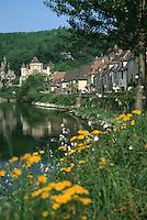 Europe/France/Aquitaine/24/Dordogne/La Roque Gageac: Flore et village sur les bords du fleuve