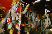 INDIA Calcutta Kolkata, image idol maker at suburban Kumartuli, clay idol of goddess kali with skull girland, these idols are used for procession during hindu festivals / INDIEN Kalkutta, Figur aus Lehm der Hindu Goettin Kali