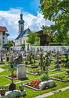 Deutschland, Bayern, Chiemgau, Reit im Winkl: Friedhof mit Kirche St. Pankratius  Germany, Upper Bavaria, Chiemgau, Reit im Winkl: graveyard with church St Pankratius